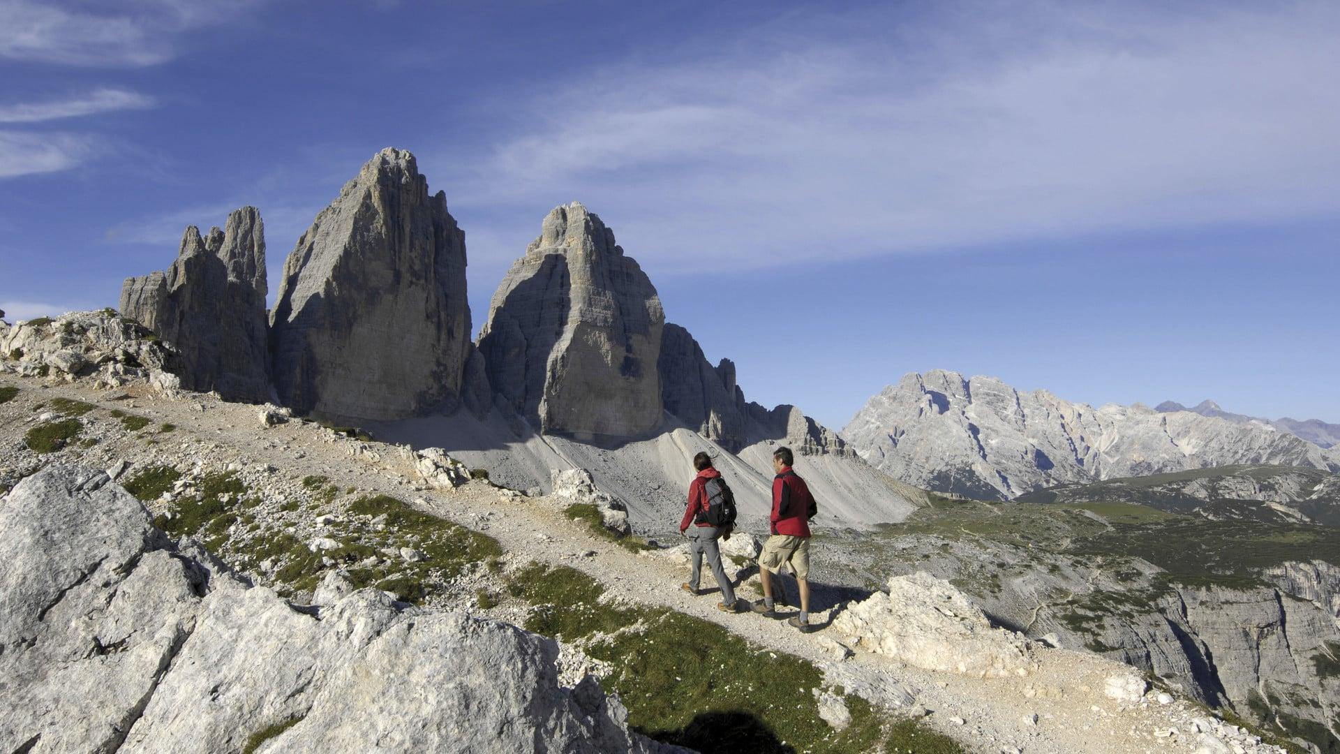 """""""Wandern ist die vollkommenste Art der Fortbewegung, wenn man das wahre Leben entdecken will."""" (Elizabeth von Arnim)"""